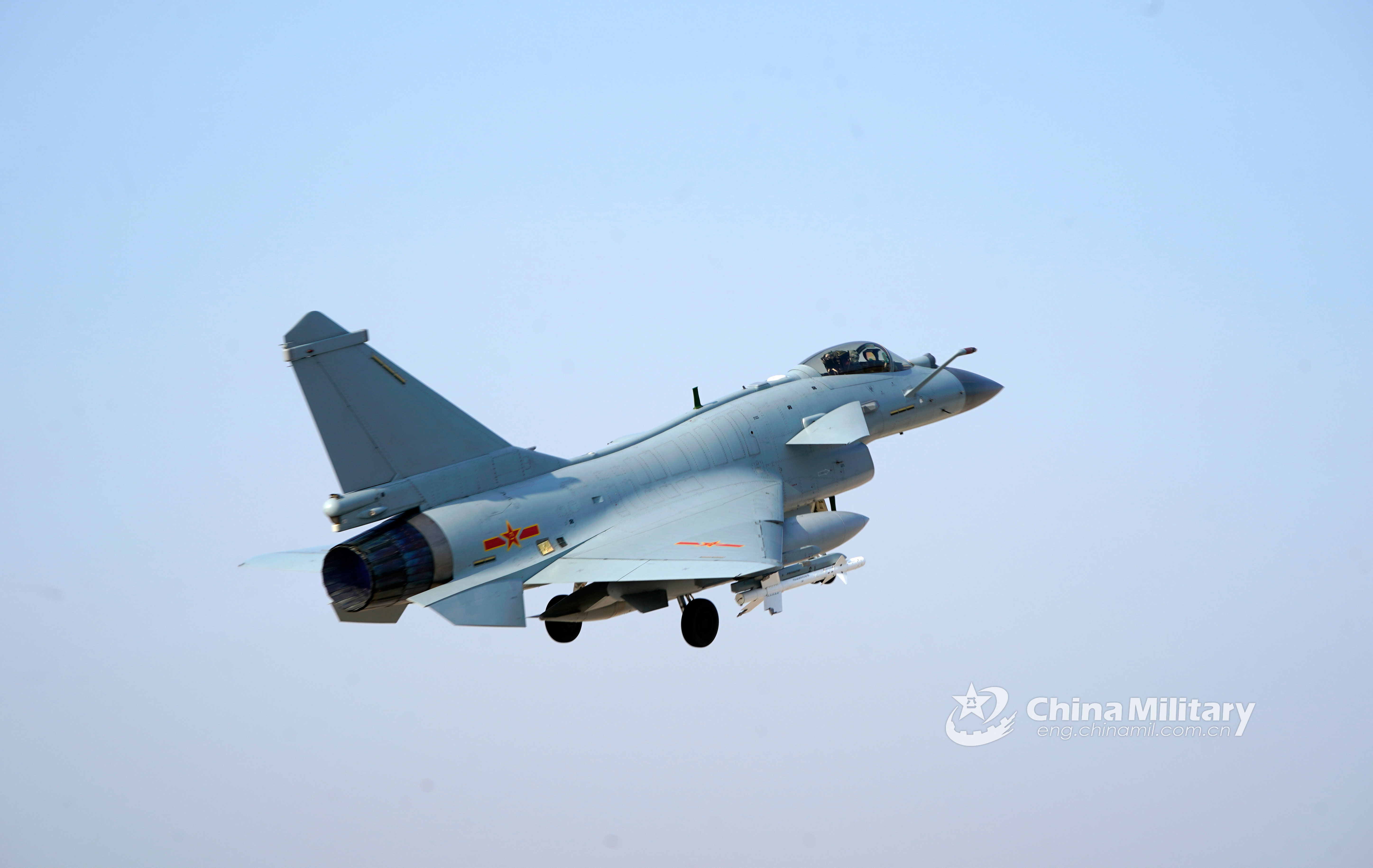 Pilots taxi J-10 fighter jets to the runway - China Military