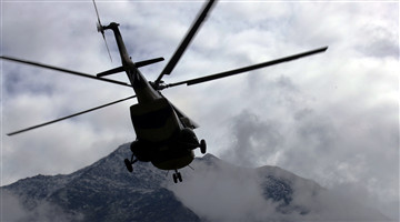 Helicopter transfers soldiers to border military post