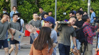 PLA officers and men join clean-up after Hong Kong protests